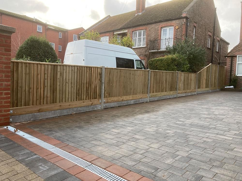07 Close board with double gravel boards
